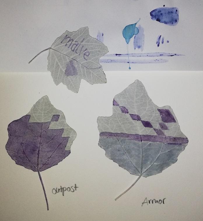 Mit Malventinte bemalte Blätter