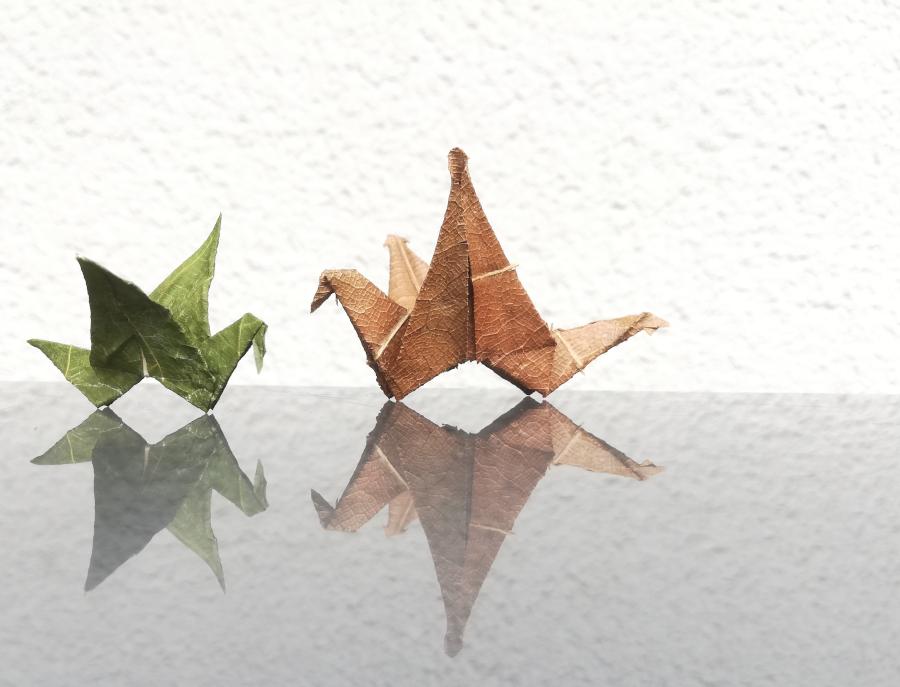 Kraniche die aus Baum-Blättern gefaltet wurden